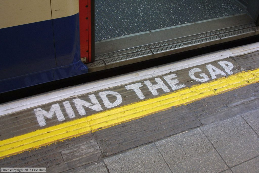 надпись Mind the gap в лондоне в метро